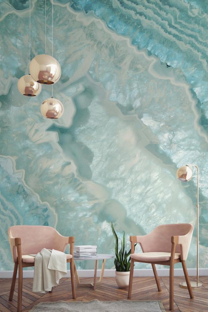 aménagement de salon avec meubles de bois et rose poudré, déco murale avec papier peint moderne à design marbre turquoise et gris