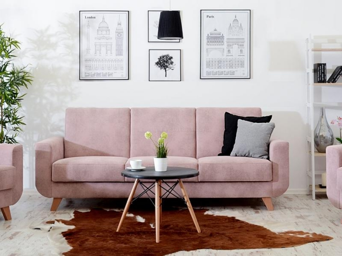 déco rose poudré, comment aménager un salon aux murs blancs avec canapé et fauteuil rose poudré, modèle de tapis imitation peau animal