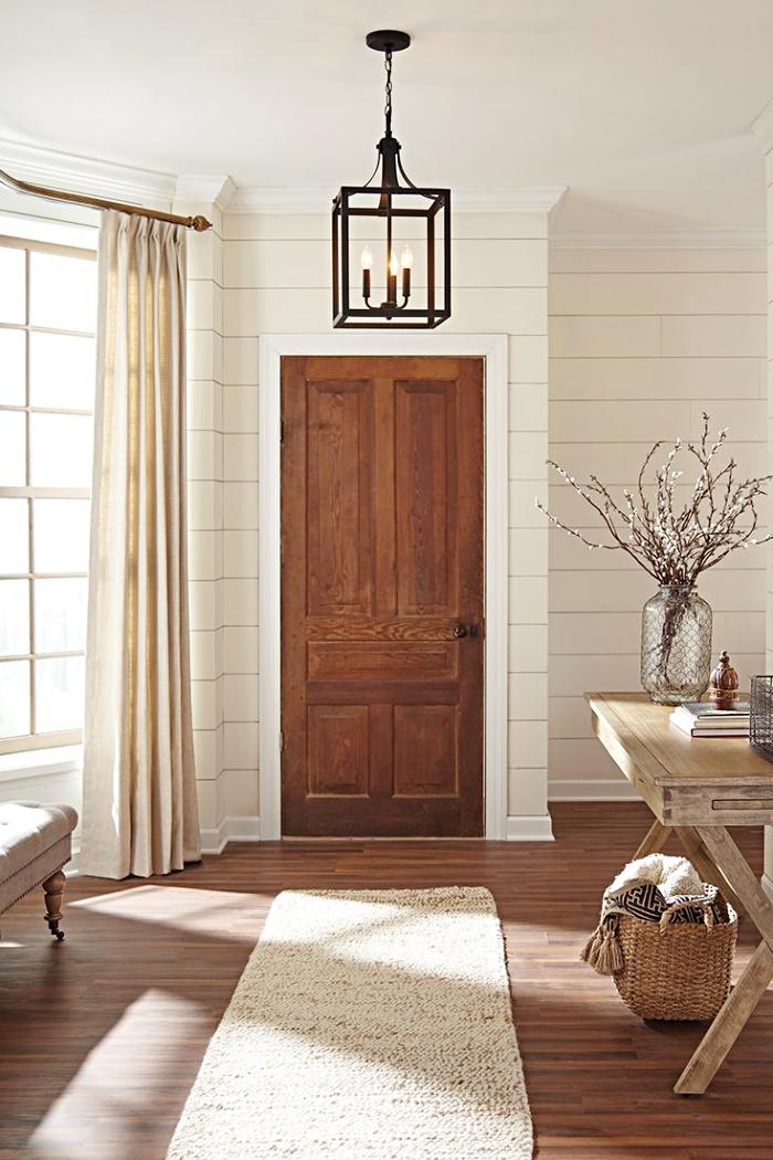 exemple quelle couleur pour agrandir un couloir aux murs à imitation briques blanches avec rideaux longs beige et meubles de bois