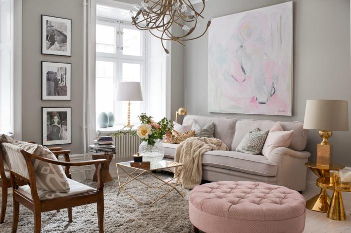 deco salon gris avec canapé de couleur rose pale et fauteuil de bois marron foncé, modèle de tables rondes et lampe à design cuivré