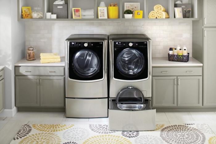 design intérieur moderne, exemple de décoration buanderie avec meubles de style vintage et machines à laver moderne