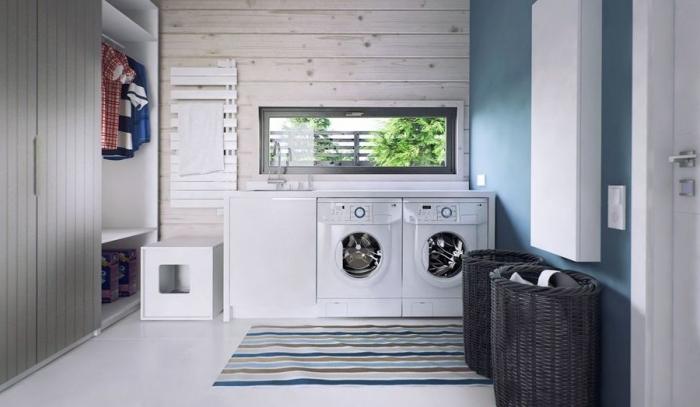 design intérieur avec revêtement partiel en bois et peinture murale de couleur bleu, garde-robe de bois peinte en gris