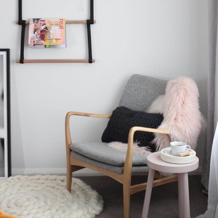 déco de chambre fille aux murs blancs avec tapis gris foncé et meubles de bois clair, modèle de chaise bois avec housse gris et rose pale