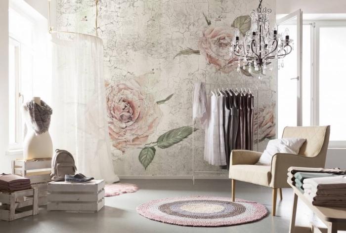 design intérieur de style vintage avec décoration murale en papier peint vintage aux motifs roses et feuilles vertes