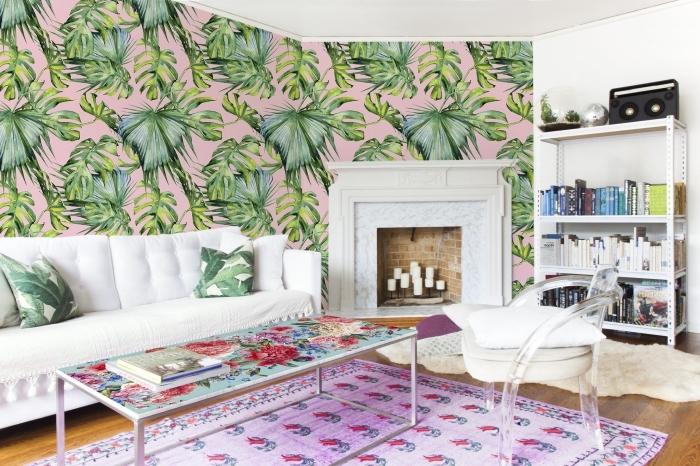 modèle de papier peint jungle rose et vert combiné avec meubles blancs et une grande cheminée en blanc et briques
