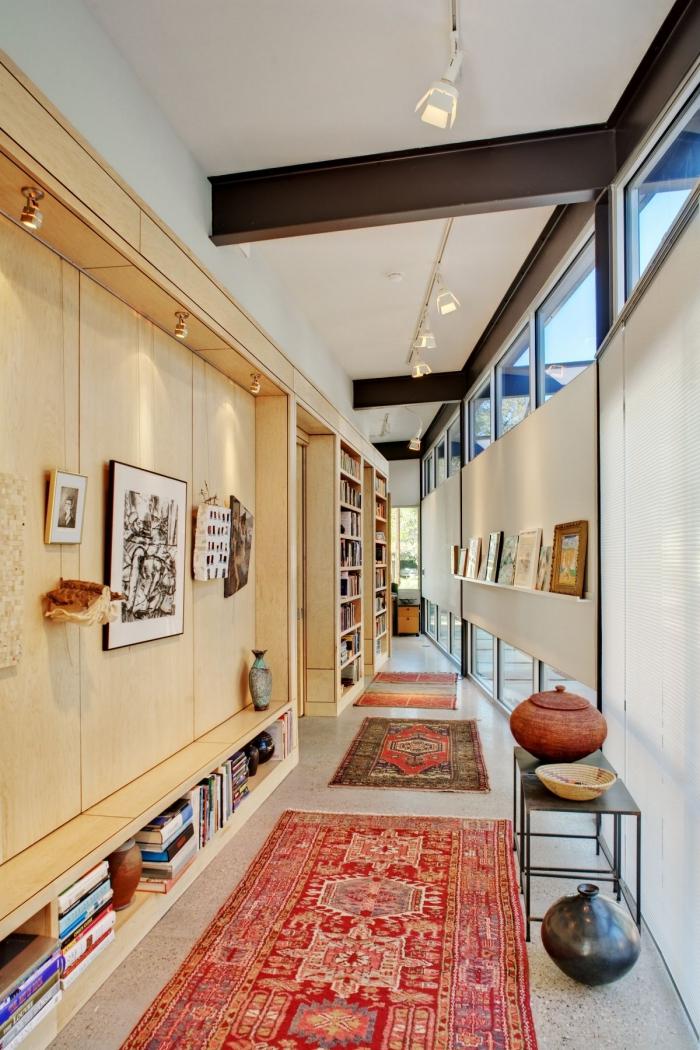 aménagement couloir ou entrée en bois et noir matte avec plafond blanc et meubles de bois clair, objets décoratifs de style ethnique