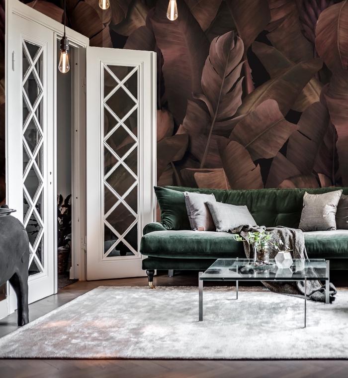 modèle de papier peint fleuri de couleur foncée pour une déco exotique dans le salon aménagé avec meubles vert et gris