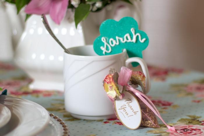 comment arranger la table de mariage, idée cadeau invité mariage, petite pochette d'herbes et feuilles aromatiques
