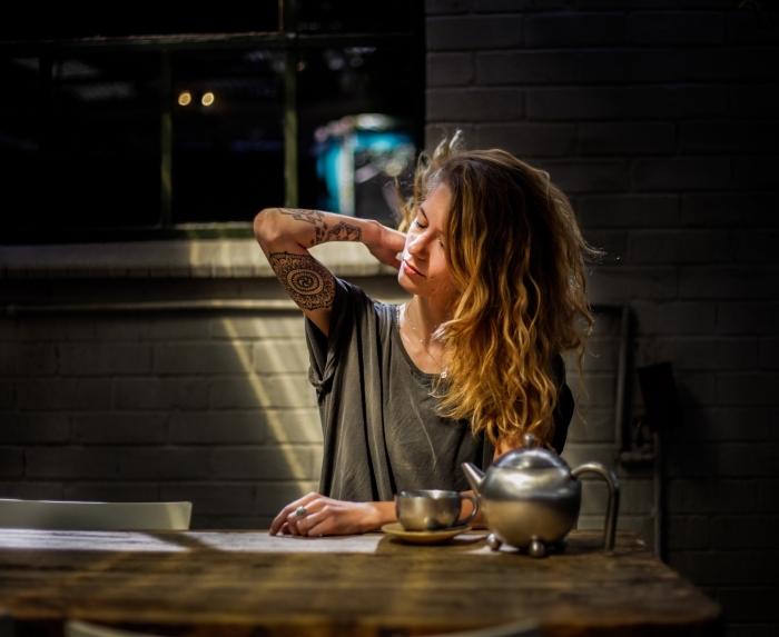 cheveux longs naturellement ondulés de couleur marron aux pointes éclaircies blondes avec reflets cuivrés