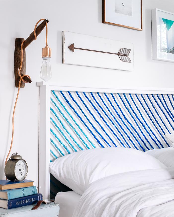 deco pour chambre style marin avec une tête de lit originale réalisé en bois et corde teintée en nuances de bleu