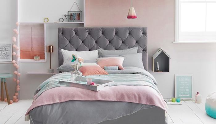idée quelle couleur associer au gris, déco de chambre aux murs rose pâle avec étagères de bois et grand lit à tête grise boutonnée
