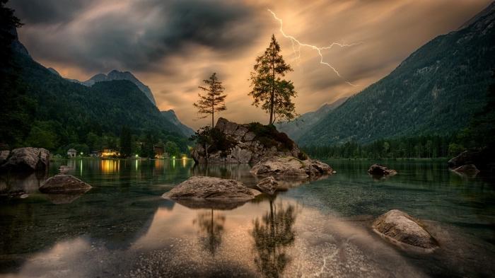 image fond d écran, photo de paysage montagneux avec lac et rochers, photo de ciel gris et jaune avec orage