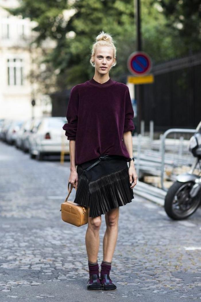 jupe asymétrique noire aux franges, top manches 3-4 en couleur prune, bottines noires, style punk, mini sac en couleur caramel, bien habillée, tenue chic