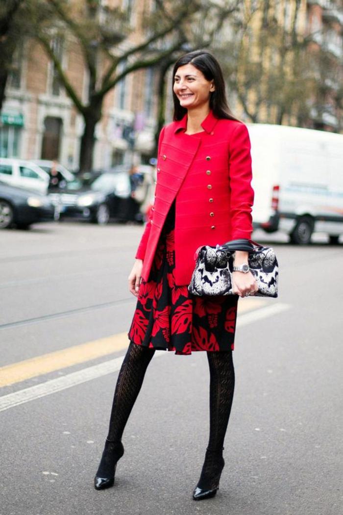 casual chic femme, jupe en rouge et noir avec des motifs fleuris, collant noir, comment bien s habiller, chaussures pointues noires, sac pochette motifs reptiles en noir et blanc, veste rouge avec des boutons de type militaire