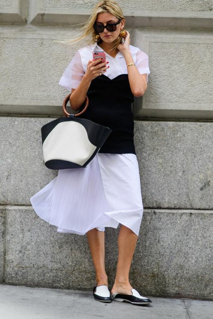 femme en robe blanche avec des manches courtes semi-transparentes, bustier noir superposé, casual chic femme, mocassins en noir et blanc, sac en noir et blanc avec des poignées rondes rétro en bois