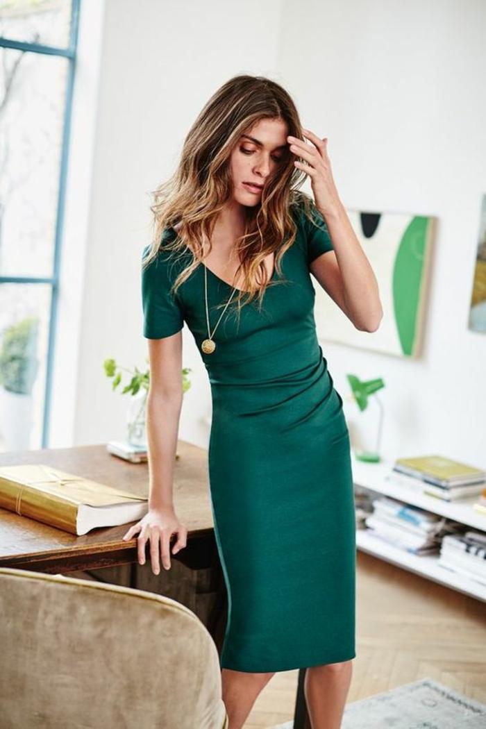 femme en robe verte, au grand col rond, longueur mi-genoux, manches courtes, tenue décontractée femme, casual chic femme, look de bureau, femme au bureau