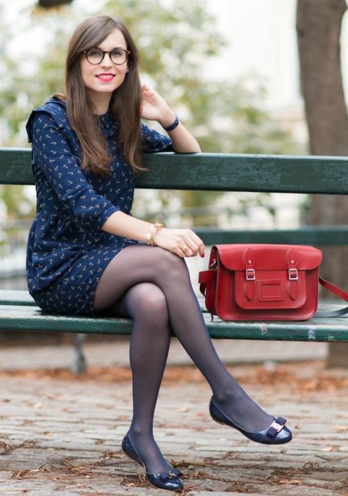 casual chic femme, mini robe bleue aux manches longues, sac rouge, ballerines noires plates au nœud devant, collants légers transparents