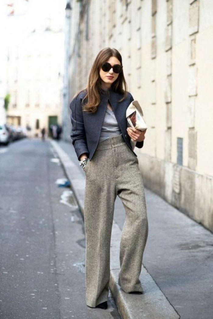 pantalon large type pâtes d'éléphant, tenue décontractée femme, veste courte en noir, sac pochette en blanc, bien habillée, pantalon habillé femme