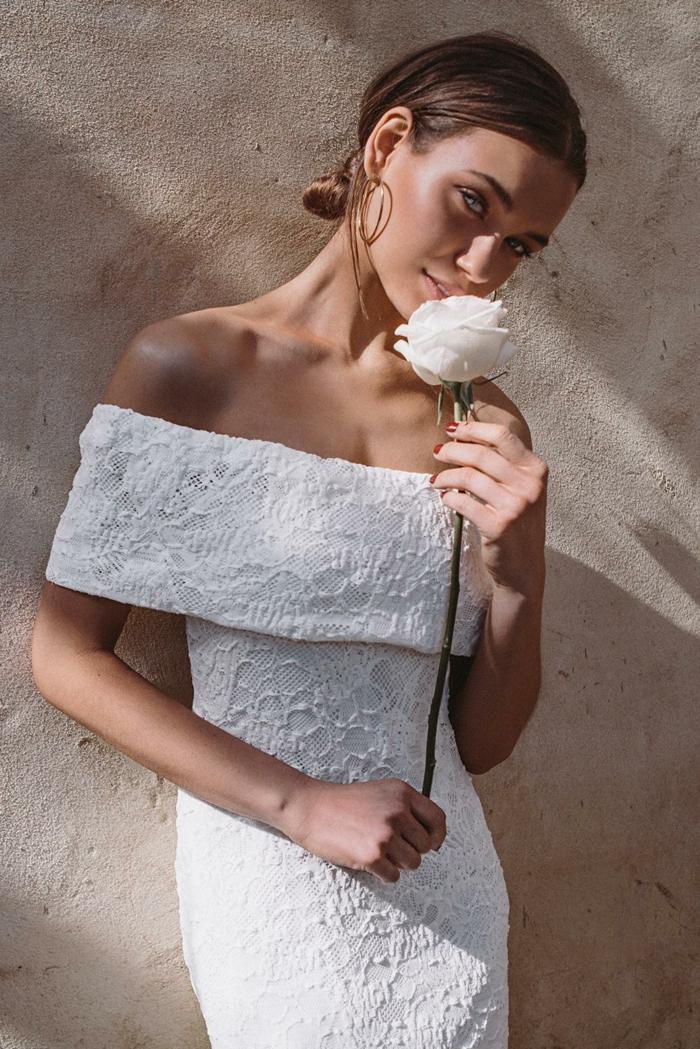 tenue champetre femme moderne, robe à épaules tombées, rose blanche