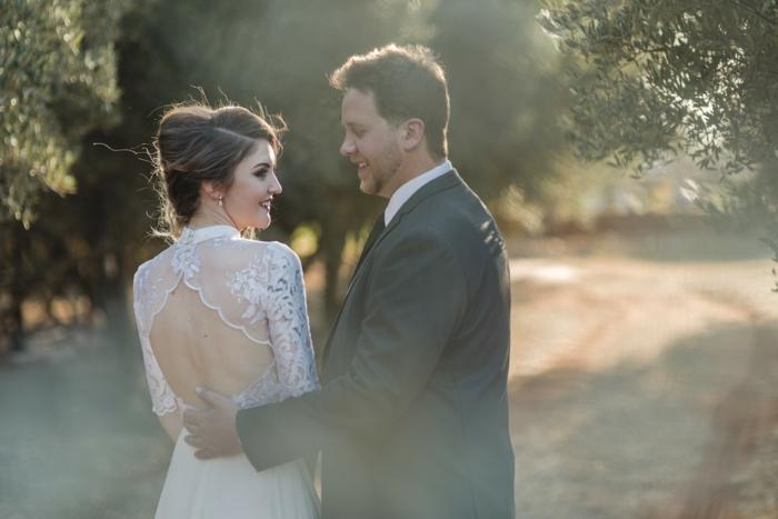 tenue femme champetre, dos élégant, costume de marié gris foncé, couple de mariés