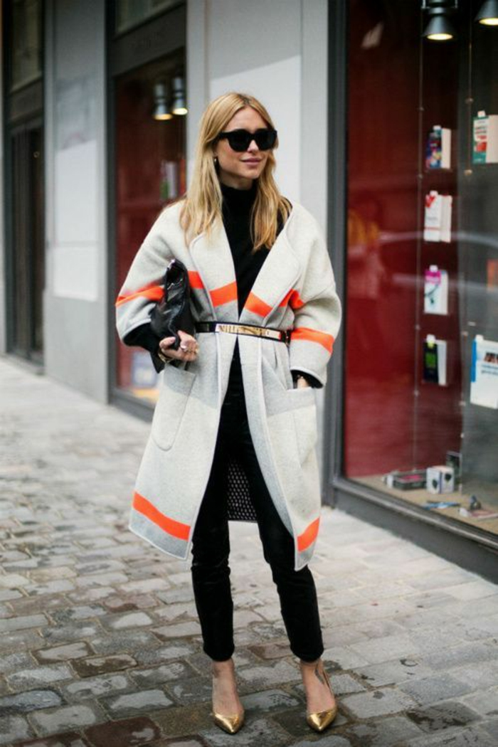 comment bien s habiller, veste type poncho en laine blanche, grise et orange, pantalon moulant noir, ballerines pointues en couleur or