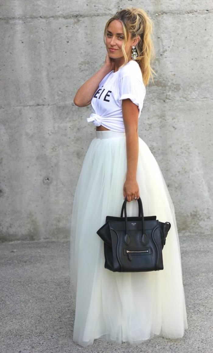 T-shirt blanc enroulé a la taille, jupe longue en tulle blanc, sac noir, allure cool et bien habillée, tenue de fête femme, tenue casual