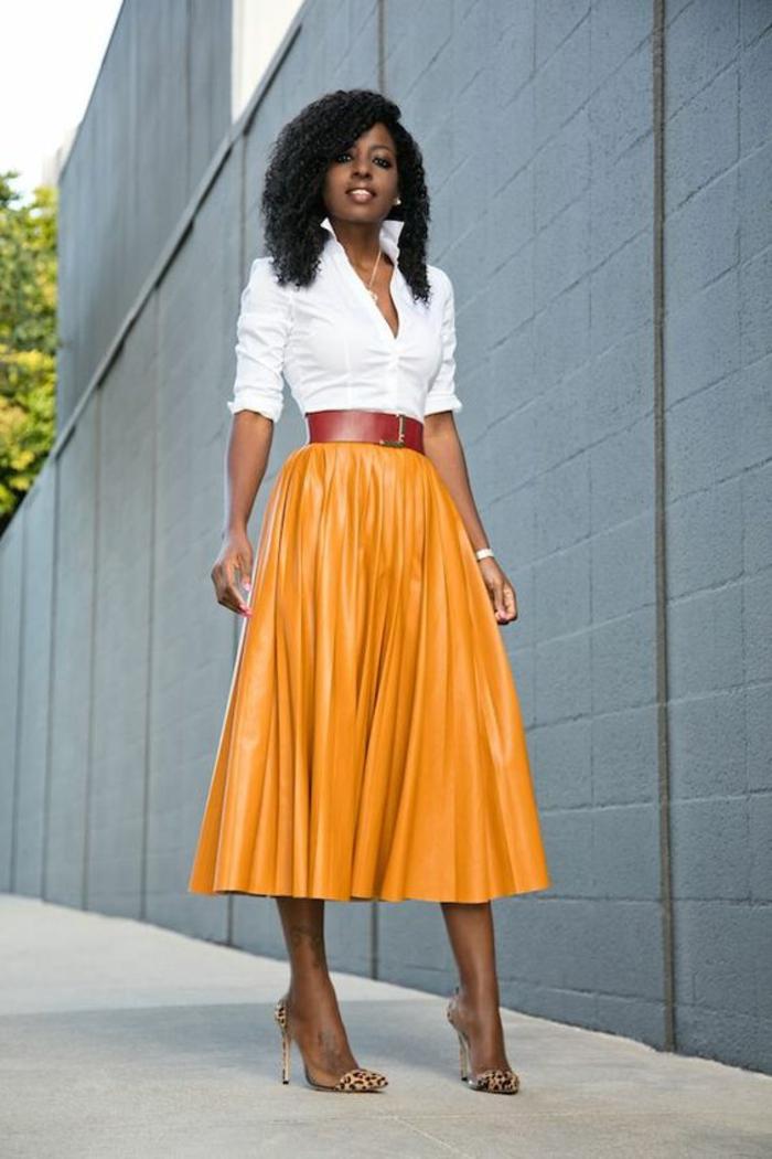 casual chic femme, jupe longue plissée orange avec ceinture rouge large, chemisette blanche moulante manches retroussées, tenue casual, tenue habillée