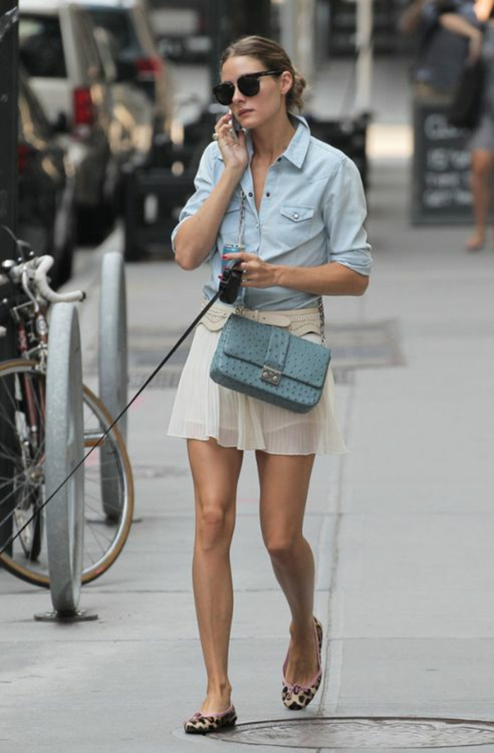 casual chic femme, mini jupe en couleur crème plissée, ballerines aux imprimés léopards, chemise manches longues enroulés en denim bleu clair, sac croco bleu pastel