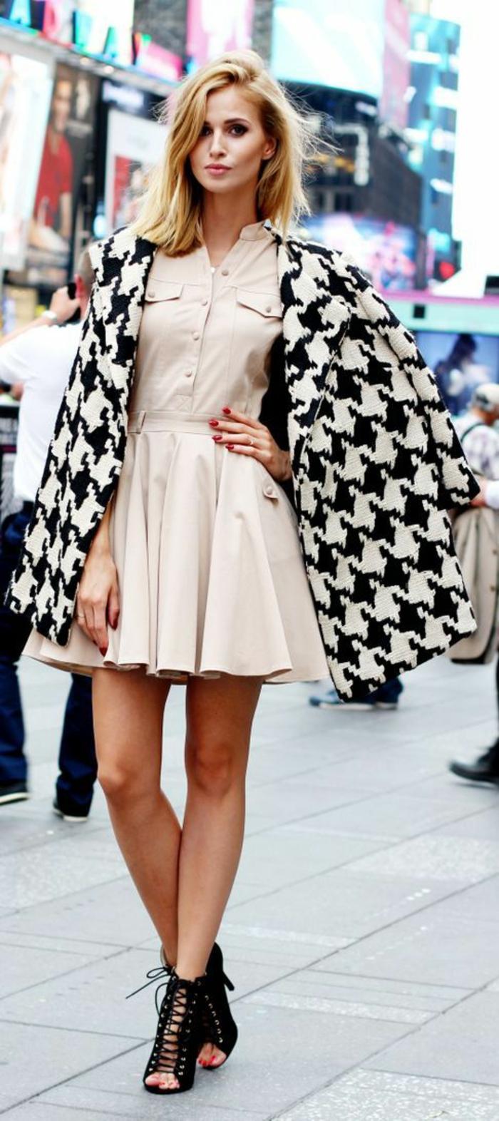 tenue habillée, veste a grandes pépites, bottines ouvertes devant avec des lacets, mini robe évasée beige, casual chic femme, comment bien s habiller