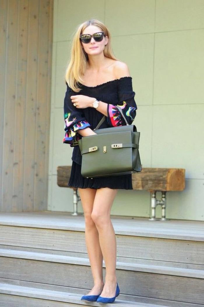 bien habillée, tenue décontractée femme, mini robe noire, épaules dénudées, ballerines bleu roi, grand sac en couleur olive, élégance simple avec peu d'accessoires