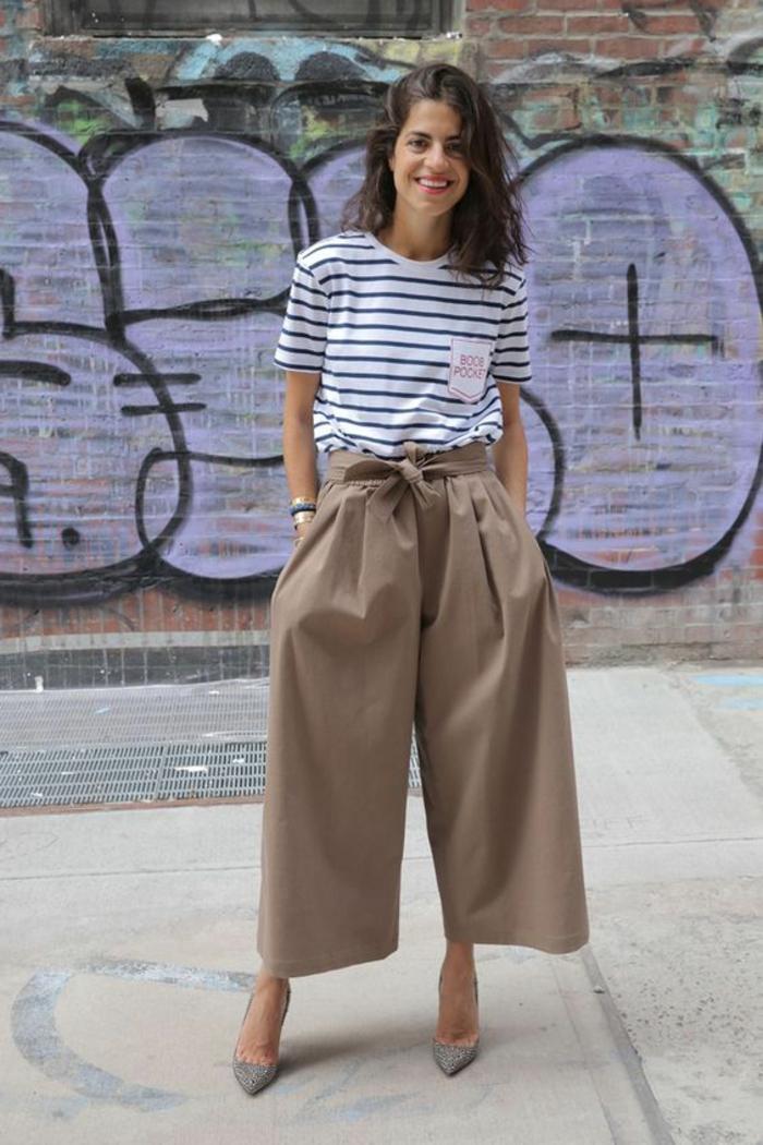 bien habillée, pantalon habillé femme, pantalon large en beige, T-shirt aux manches courtes rayures horizontales noires et blanches, chaussures pointues en gris