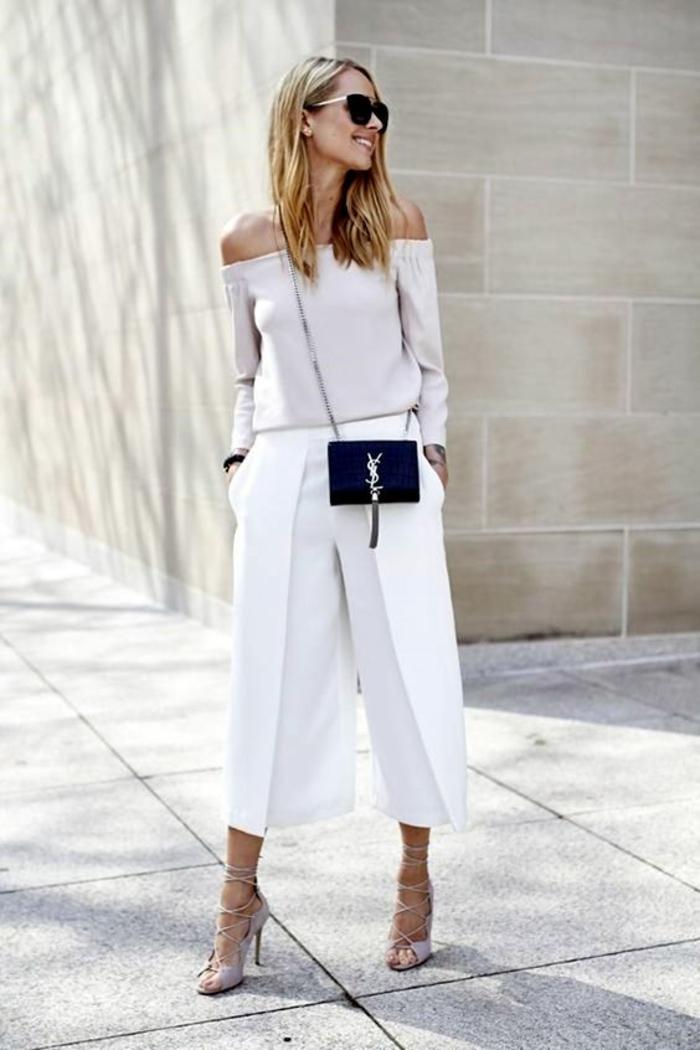 total look blanc, pantalon large avec des pinces, pull léger moulant en couleur crème, micro sac noir, tenue décontractée chic femme, casual chic femme