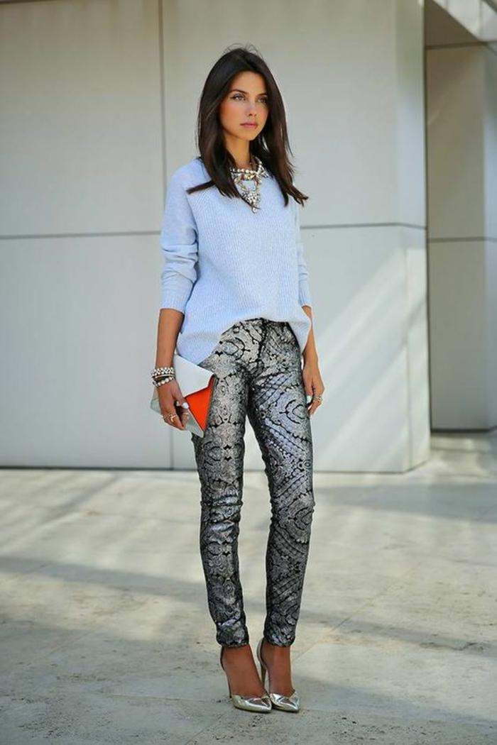 femme chic, tenue décontractée chic femme, pantalon en dentelle noire avec blouse en bleu pastel, chaussures pointues en couleur dorée, sac pochette classe en rouge et blanc