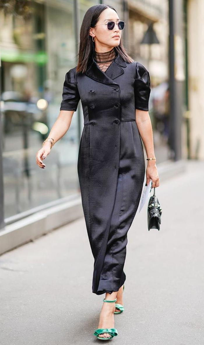 tenue chic, robe noire longue boutonnée à la taille, manches courtes bouffantes, sandales vertes, mini sac pochette noir, l'élégance décontractée