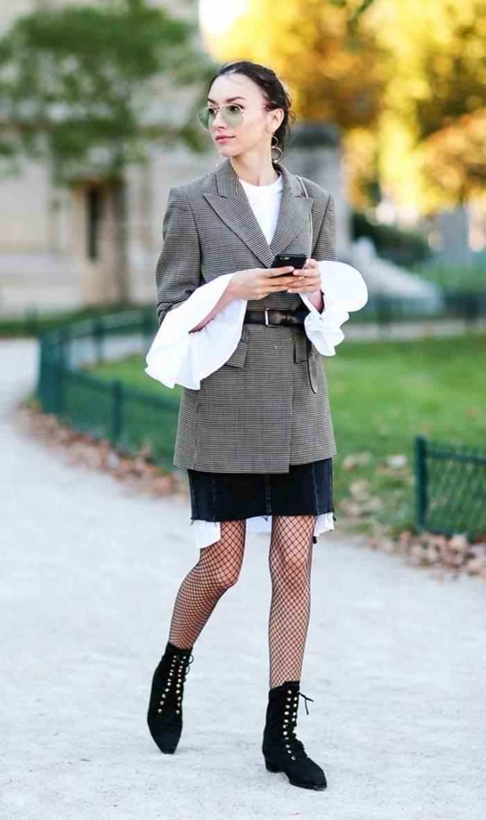 tenue chic, veste avec ceinture noire, bottines noires avec des lacets, chemise avec des manches aux volants, look gerk, casual chic femme