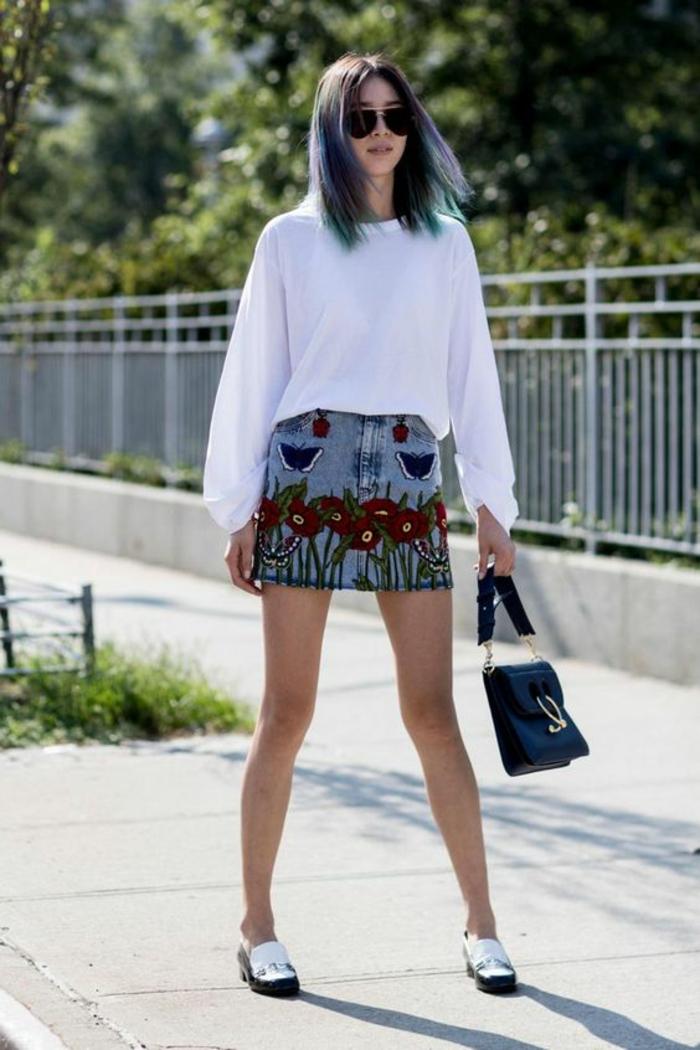 mini jupe avec des broderies florales, top blanc aux manches longues, mocassins en noir et blanc, casual chic femme, tenue casual