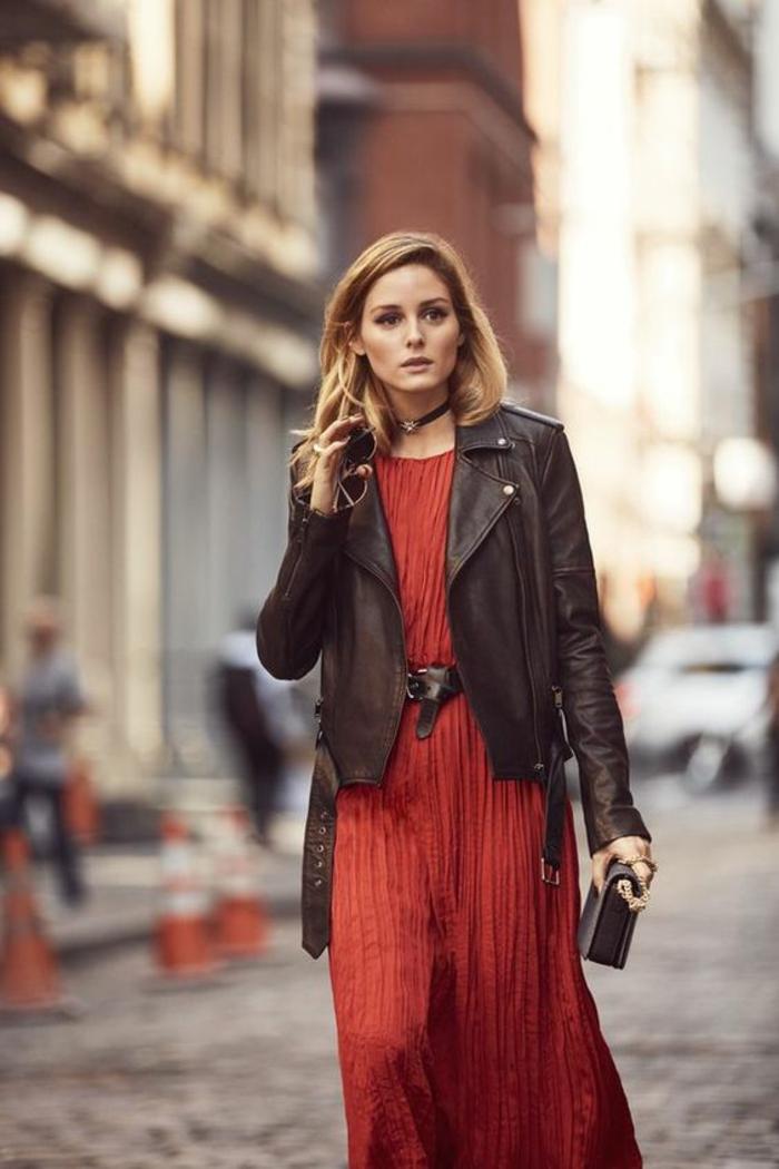 robe longue plissée rouge, veste noire, sac noir, ceinture noire, col rond pour la robe, tenue chic, tenue casual, robe femme habillée