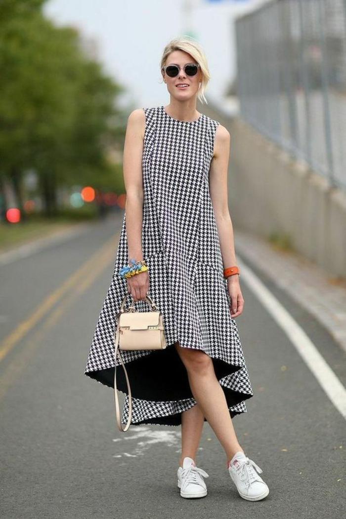 tenue casual, bien habillée, robe aux carreaux noirs et blancs, asymétrique devant, modèle sans manches, petit sac a main et bandoulière en beige et baskets blanches