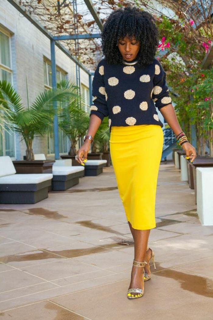 casual chic femme, tenue chic, tenue décontractée femme, jupe crayon jaune longue, sandales jaunes irisés, pull bleu marine a pois blancs
