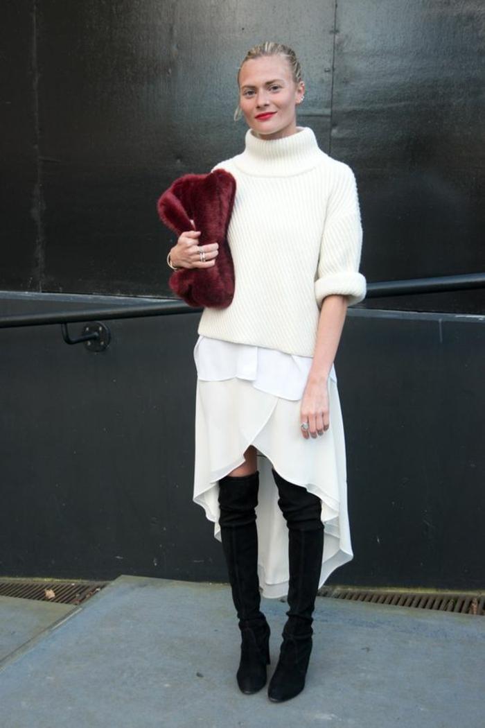total look en blanc, tenue décontractée chic femme, jupe blanche asymétrique plus courte devant, gros pull en blanc, cuissardes noires, sac en couleur vermeille