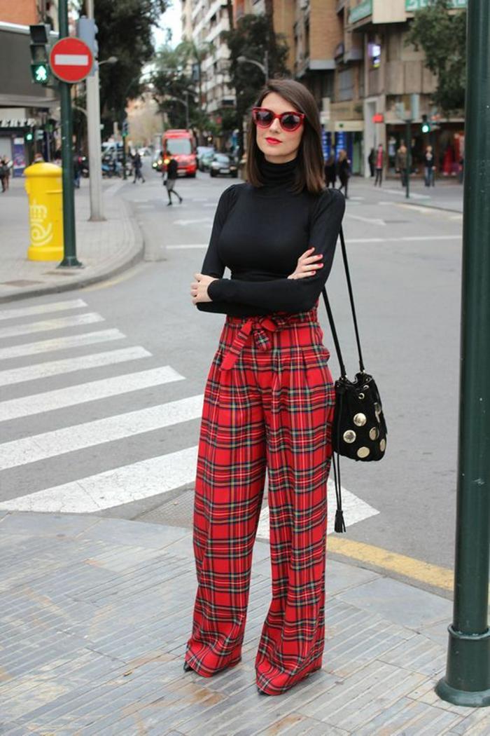 pantalon a carreaux en rouge et noir pantalon couvrant les chaussures, large et tombant librement, pull noir col tortue, sac besace noir, bien habillée, comment bien s habiller