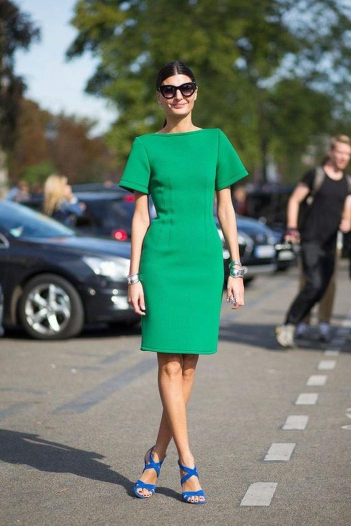robe verte longueur mini, manches courtes, sandales bleu roi, col ovale, look élégant, tenue de fête femme, robe habillée, comment bien s habiller