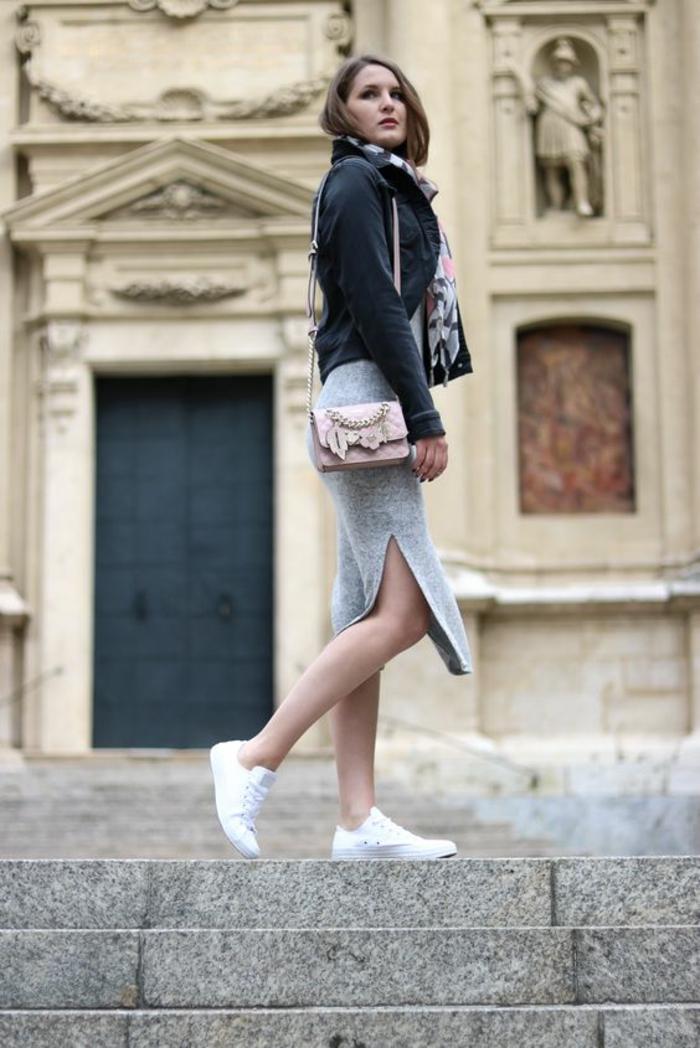 tenue chic, jupe grise avec des fentes latérales, veste noire, sac rose pastel porté sur l'épaule, baskets blanches, écharpe en noir et blanc, comment bien s habiller