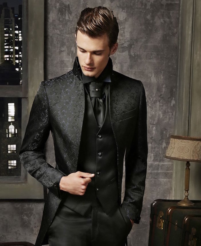 costume 3 pièces mariage luxe, smoking créateur satiné noir avec verte brodée