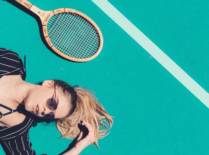 coiffure de style sportive avec cheveux ombré blond attachés en queue de cheval, maquillage aux lèvres nude matte