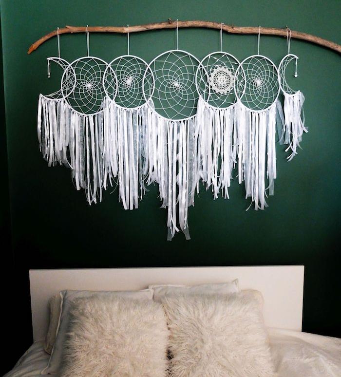 idée de deco tete de lit originale, branche bois flotté et capteur de rêve, plusieurs attrape reves blancs