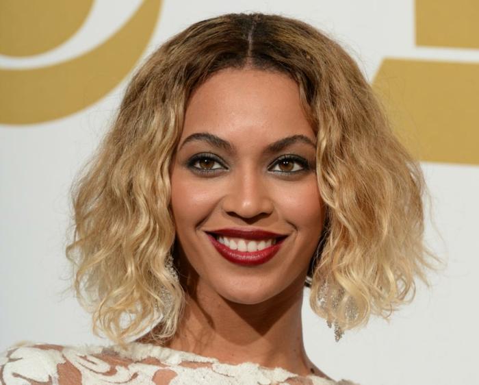 tie and dye chatain, Beyoncé, cheveux obré bouclés, fard à paupières bleu