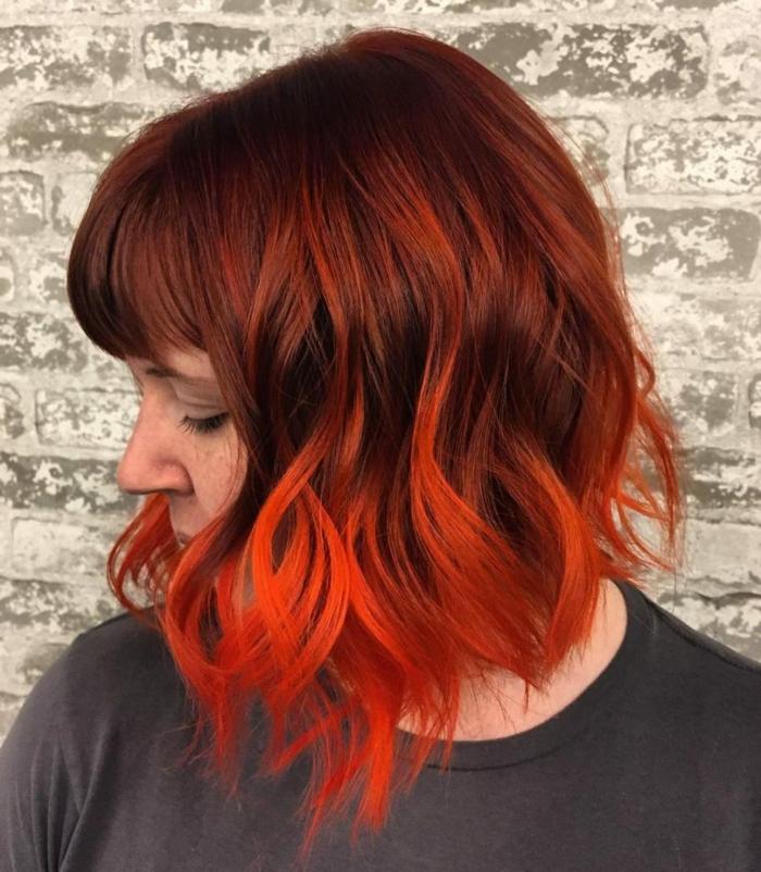 cheveux couleur incendie, pointes des cheveux rouges, couleur de base acajou