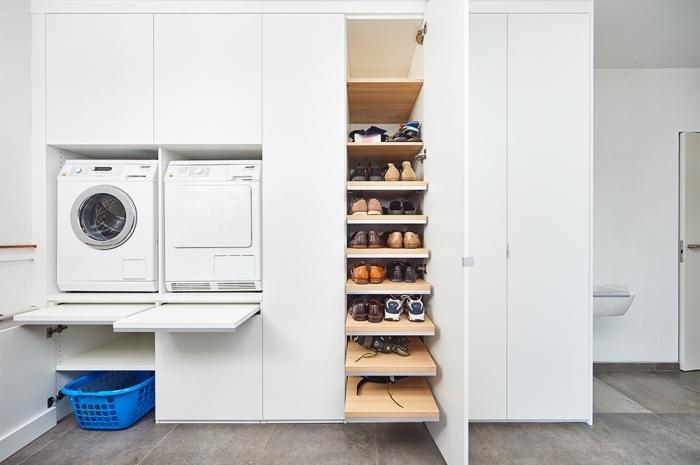 déco de pièce lessive aux murs blancs avec rangement verticale de bois et plan de travaux escamotables