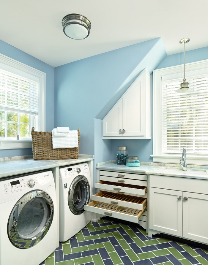 comment aménager une buanderie aux murs bleus avec meubles de bois blanc, modèles de tiroirs et armoires fonctionnels